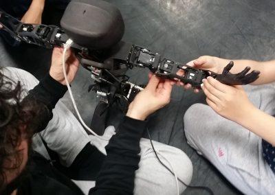 Les enfants manipulent le robot Poppy