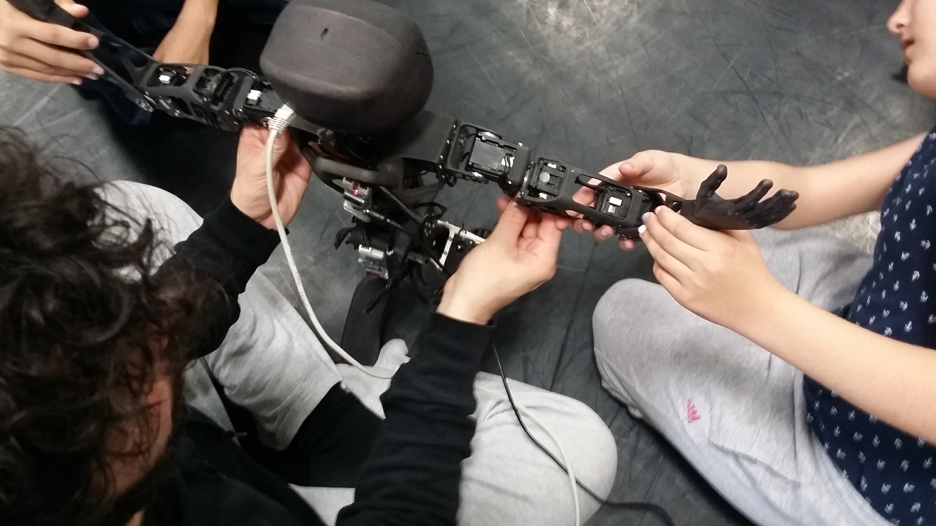 Enfants qui manipulent le robot Poppy Torso